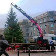 A Fassi crane puts up a Dundee Christmas tree